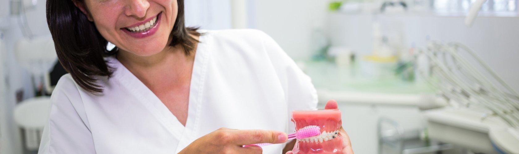 Stomatolog pokazuje kako četkati zube
